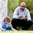 Kendra Wilkinson dans un parc avec son mari Hank Baskett et leur fils Hank Jr. à Malibu, le 6 mars 2014.
