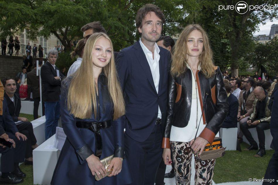 Natalia Vodianova, sa soeur Kristina et Antoine Arnault - Défilé Berluti à l'Ecole des Mines, collection homme printemps-été 2015 à Paris le 27 juin 2014.