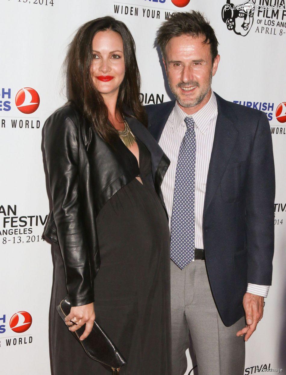 """David Arquette et sa petite amie Christina McLarty (enceinte) lors de l'ouverture du Festival du film indien 2014 avec la projection du film """"Sold"""" aux ArcLight Cinemas à Hollywood, le 8 avril 2014."""