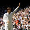 Roger Federer a longuement salué le public après sa défaite en finale de Wimbledon face à Novak Djokovic, le 6 juillet 2014, à Londres