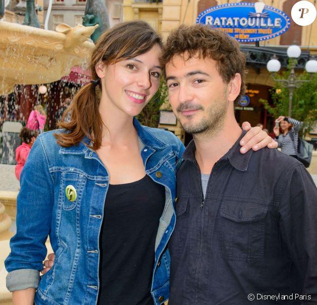 Renan Luce et Lolita Séchan posent dans les décors de la nouvelle attraction de Disneyland Paris, Ratatouille : L'Aventure Totalement Toquée de Rémy. Le 5 juillet 2014.