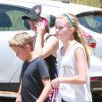 Reese Witherspoon en randonnée avec ses enfants Ava et Deacon à Pacific Palisades, le 12 juillet 2014.