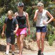 Reese Witherspoon avec ses enfants Ava et Deacon à Pacific Palisades, le 12 juillet 2014.