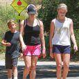 Reese Witherspoon avec Ava et Deacon à Pacific Palisades, le 12 juillet 2014.