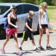 Reese Witherspoon fait de la randonnée avec ses enfants Ava et Deacon à Pacific Palisades, le 12 juillet 2014.