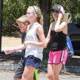 Reese Witherspoon aux côtés de ses enfants Ava et Deacon à Pacific Palisades, le 12 juillet 2014.