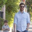 Le footballeur Xabi Alonso se promène avec son fils Jontxu (5 ans) à Madrid, le 12 mai 2013.