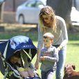 Gisele Bündchen, Tom Brady et leurs enfants John, Benjamin, et Vivian s'amusent dans un parc à Boston le 15 juin 2014.