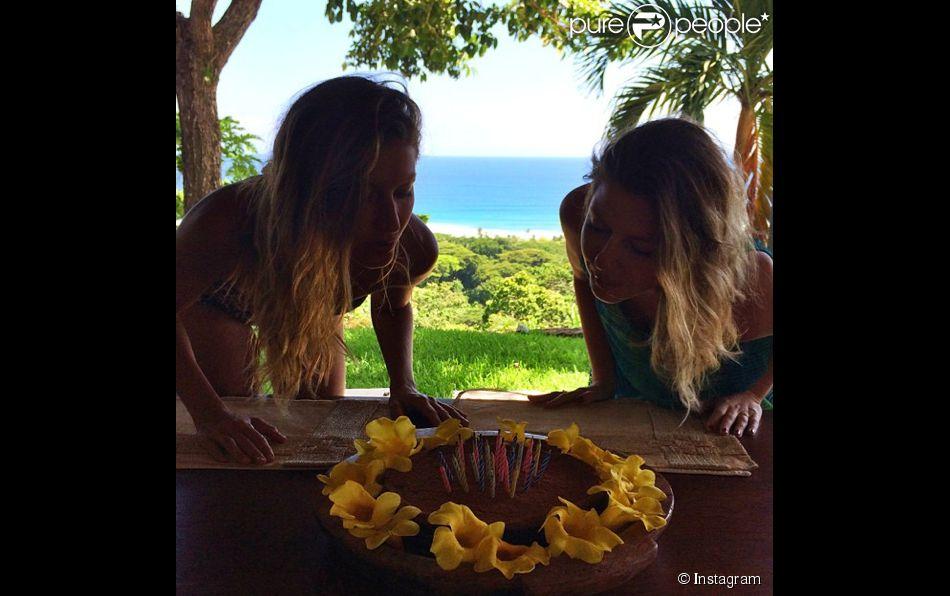 Gisele Bündchen et Patricia soufflent leurs bougies pour leur anniversaire