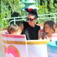 Nicole Richie, 33 ans, est heureuse de partager une journée à Disneyland avec ses enfants, Harlow et Sparrow, à Anaheim. Le 20 juillet 2014