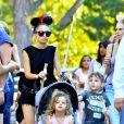 La jeune maman Nicole Richie est heureuse de partager une journée à Disneyland avec ses enfants, Harlow et Sparrow, à Anaheim. Le 20 juillet 2014