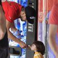 Exclusif - Shakira, son amoureux Gerard Piqué et leur fils Milan se promènent au Tibidabo, un parc d'attractions à Barcelone, le 19 juillet 2014.