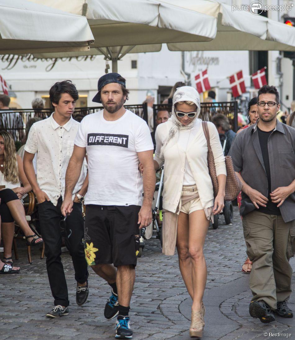 Pamela Anderson, son fils Dylan Jagger Lee et son mari Rick Salomon se promènent sur le port et font un tour de bateau à Copenhague, le 29 juillet 2014.