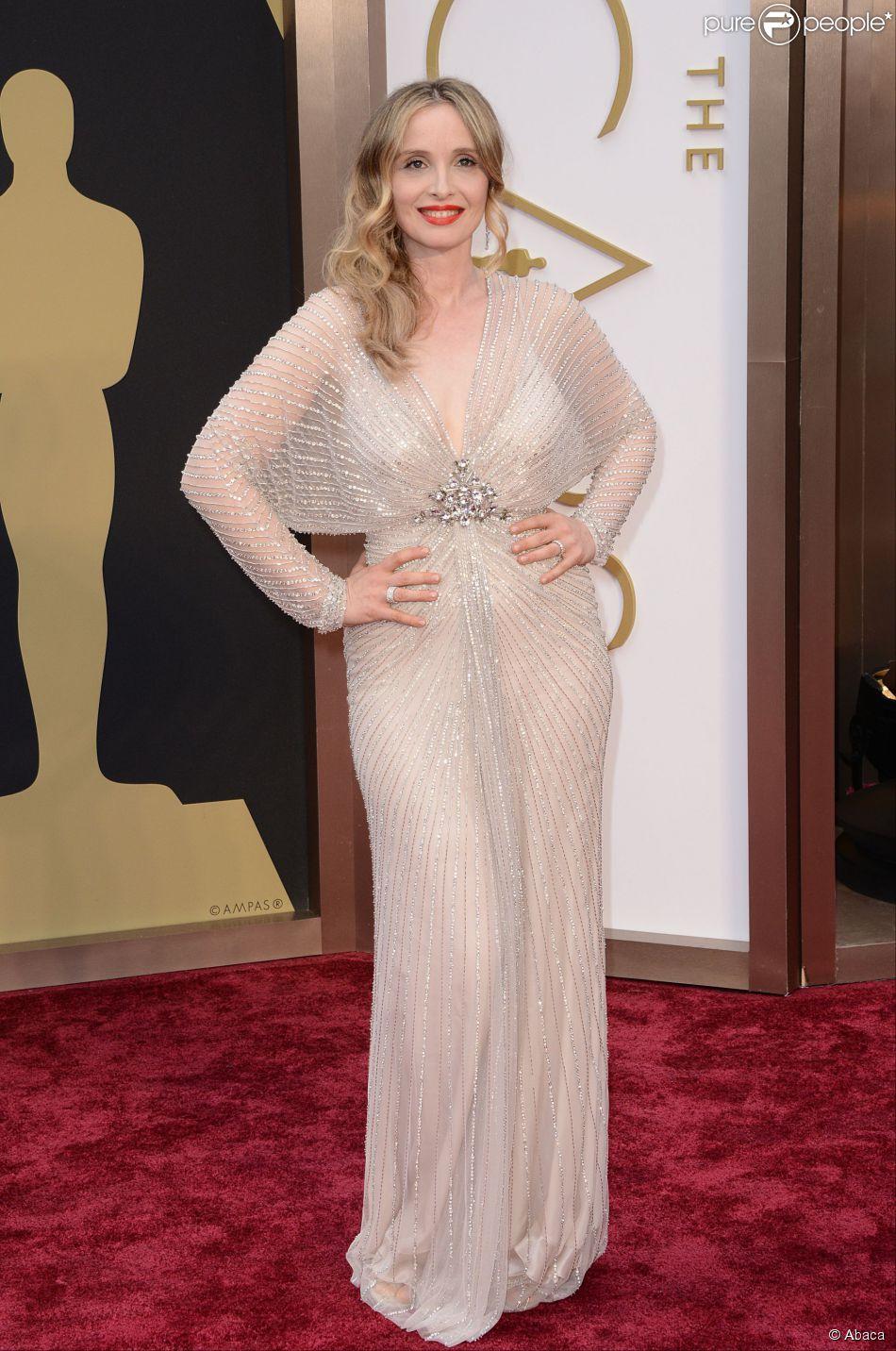 """Julie Delpy à la 86e cérémonie des Oscars à Los Angeles, le 2 mars 2014. L'actrice et réalisatrice était nommée pour le meilleur scénario adaptée avec le film """"Before Midnight"""". Elle porte une robe Jenny Packham."""