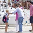 La reine Sofia d'Espagne amène sa petite-fille Irene Urdangarin, 9 ans, fille de l'infante Cristina, à son cours de voile à Palma de Majorque le 30 juillet 2014.