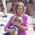 Sofia d'Espagne câline sa petite-fille Irene Urdangarin, 9 ans, fille de l'infante Cristina, en l'accompagnant à son cours de voile à Palma de Majorque le 30 juillet 2014.