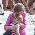 La reine Sofia d'Espagne câline sa petite-fille Irene Urdangarin, 9 ans, fille de l'infante Cristina, en l'accompagnant à son cours de voile à Palma de Majorque le 30 juillet 2014.