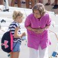 La reine Sofia d'Espagne accompagne sa petite-fille Irene Urdangarin, 9 ans, fille de l'infante Cristina, à son cours de voile à Palma de Majorque le 30 juillet 2014.