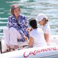 La reine Sofia d'Espagne observant ses petits-enfants lors de leur première journée de cours de voile à Palma de Majorque, le 28 juillet 2014