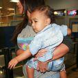 North West et sa maman Kim Kardashian à l'aéroport de Burbank. Le 7 août 2014.