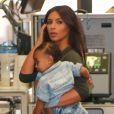 Kim Kardashian et sa fille North à l'aéroport Bob Hope de Burbank. Le 7 août 2014.