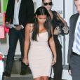 Kim Kardashian, habillée d'une robe Bec & Bridge et de sandales Prada, quitte le magasin Ulta Beauty après y avoir fêté le lancement du nouveau spray Kardashian Sun Kissed. Los Angeles, le 6 août 2014.