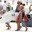 Exclusif - Simon Baker avec ses fils Harry et Claude après leur après-midi de surf à Santa Monica, le 30 juillet 2014.