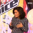 Jenifer, enceinte : un joli baby bump que la belle peinait à cacher sur le plateau de The Voice 3, le 19 avril 2014, sur TF1