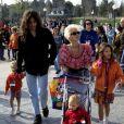 Bob Geldof, Paula Yates et leurs filles Fifi (à droite), Peaches (à gauche) et Pixie (en poussette) à Disneyland Paris. Avril 1992.