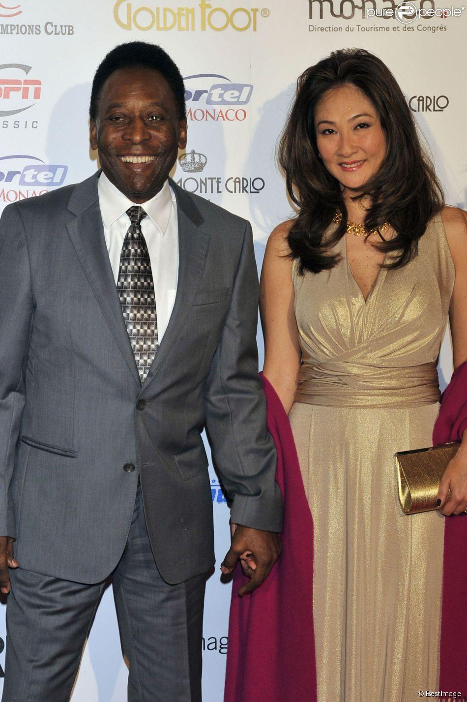 Pelé et sa fiancée Marcia Cibele Aoki à Monaco le 17 Avril 2012.