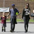 Pete Wentz, sa petite amie Meagan Camper, enceinte, et son fils Bronx passent l'après-midi au parc avec des amis à Los Angeles, le 30 mars 2014.