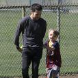 Pete Wentz, sa petite amie Meagan Camper (enceinte) et son fils Bronx passent l'après-midi au parc avec des amis à Los Angeles, le 30 mars 2014.