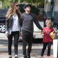 Pete Wentz, son fils Bronx et sa petite amie Meagan Camper vont faire du shopping à West Hollywood, le 24 mars 2014.