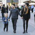 Pete Wentz, accompagné de sa petite amie Meagan Camper, emmène son fils Bronx faire du shopping pour Noel à Los Angeles, le 9 décembre 2013.