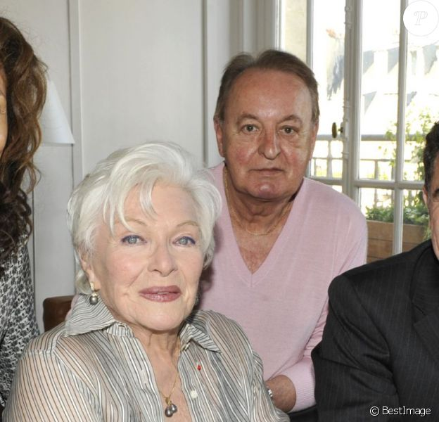Exclusif - Rose-Hélène Chassagne, Line Renaud, Hervé Saouzanet, Thierry Chassagne lors de la signature du nouveau contrat de Line Renaud avec Warner, le 20 mai 2010 à Paris.