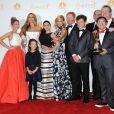 Sarah Hyland, Sofia Vergara et les stars de la série Modern Family posent dans la press room du Nokia Theater lors des Emmy Awards avec une de leurs deux récompenses. Los Angeles, le 25 août 2014.