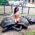 """Leïla, candidate de """"Secret Story 8"""" au milieu de tortues géantes. La bombe peut se targuer d'avoir un corps parfait."""