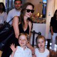 Angelina Jolie et ses jumeaux Knox Leon Jolie-Pitt et Vivienne Marcheline Jolie-Pitt arrivent à l'aéroport international de Tokyo, le 21 juin 2014.