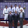 Teddy Riner, entouré de ses victimes, après avoir été sacré champion du monde des + 100 kilos pour la sixième fois de sa carrière, le 30 août 2014 à Chelyabinsk
