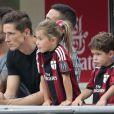 Le footballeur Fernando Torres avec son épouse Olalla Dominguez et leurs enfants Leo et Nora à San Siro le 31 août 2014.