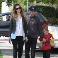 Pete Wentz, son fils Bronx et sa petite amie Meagan Camper vont faire du shopping à West Hollywood, le 24 mars 2014.