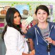 Kim Kardashian craque pour un yaourt glacé chez Menchie's, à Calabasas. Le 28 août 2014.