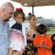 """Jennifer Lopez et ses enfants Max et Emme montent à bord d'une voiture de golf pour se rendre au 39ème """"Classic Horse Show"""" à Bridgehampton, le 31 août 2014."""