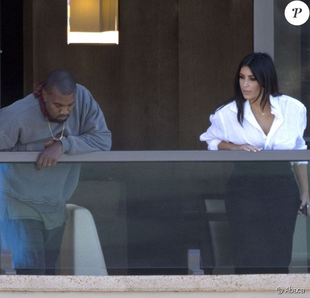 Kanye West et Kim Kardashian au balcon de leur chambre d'hôtel à Sydney. Le 11 septembre 2014.