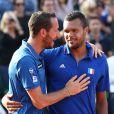 Jo Wilfried Tsonga et Mickael Llodra lors de la demi-finale de la Coupe Davis entre la France et la République Tchèque le 13 septembre 2014 à Paris.