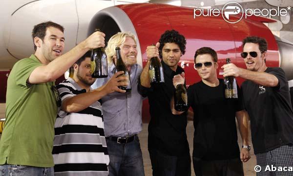 Adrian Grenier entouré de ses potes et de Richard Branson