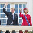 Le roi Willem-Alexander et la reine Maxima des Pays-Bas, en robe Valentino et chapeau Fabienne Delvigne, au balcon du palais Noordeinde à La Haye lors du Prinsjesdag, l'inauguration de l'année parlementaire, le 16 septembre 2014.