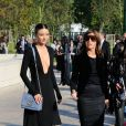 Miranda Kerr et Carine Roitfeld arrivent à la Fondation Louis Vuitton pour assister au défilé Louis Vuitton printemps-été 2015. Paris, le 1er octobre 2014.
