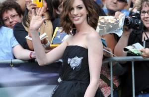 PHOTOS : Une Anne Hathaway craquante a défilé sur le tapis rouge de Toronto !