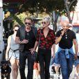 """Johnny Hallyday et sa femme Laeticia sont allés se promener en moto aux alentours de Los Angeles. À leurs côtés, Daniel, le coach du rockeur. Le couple a déjeuné en amoureux chez """"Blue Plate"""" à Santa Monica, avant de se faire prendre en photo devant la plage de Santa Monica, le 27 septembre 2014."""